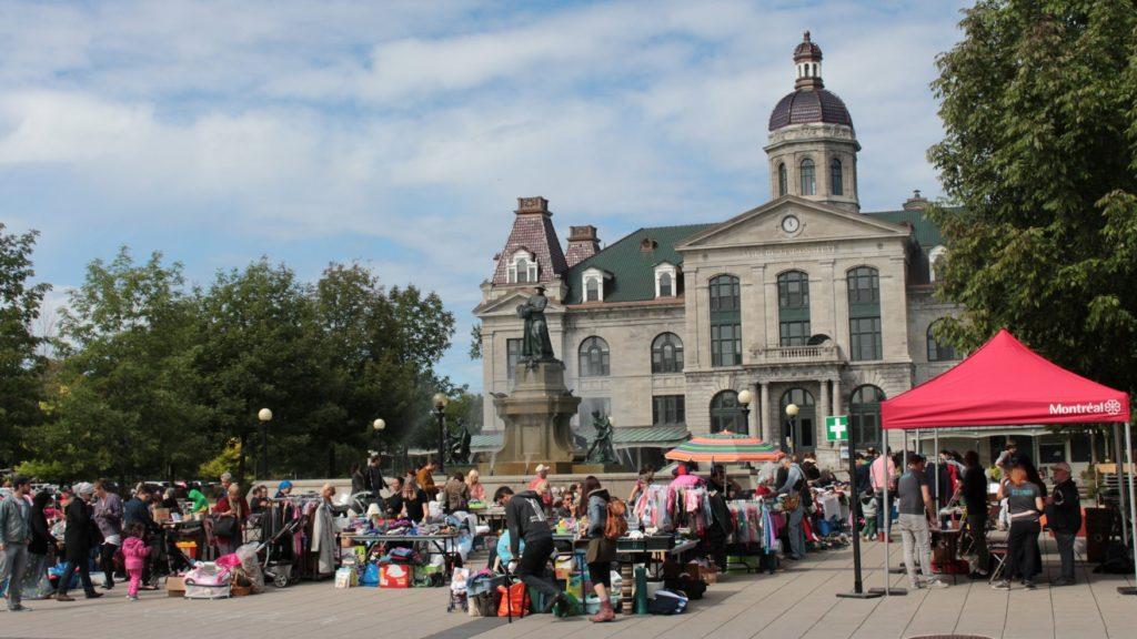 Grand public magasinant à l'extérieur du marché Maisonneuve